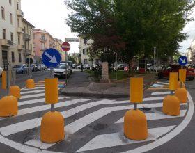 """Panettoni anti sosta in piazza Mafalda di Savoia. Un cittadino: """"Ora sembra lo svincolo di un'autostrada"""""""