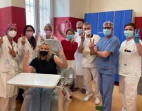 Iniezione di (in)civiltà: l'attacco social ad Antonella Clerici dopo la vaccinazione all'Ospedale di Alessandria