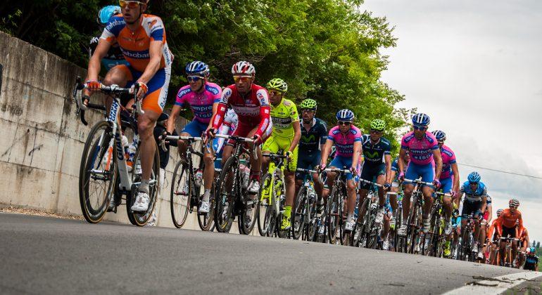Attesa in Val Cerrina per il passaggio del Giro d'Italia