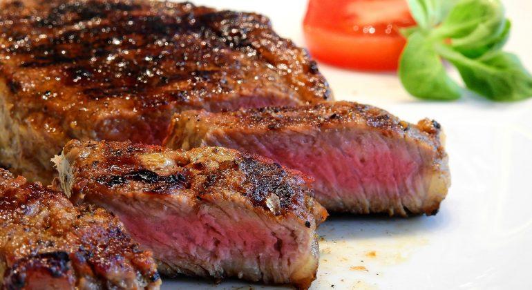 Più di quattro persone ai tavoli: multati il titolare e i clienti di una steak house di Alessandria