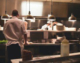 Consumazioni al bancone del bar e ristoranti al chiuso: le nuove regole dall'1 giugno in zona gialla