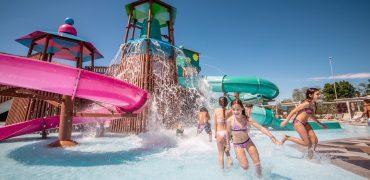 All'Outlet giochi d'acqua, labirinti e spazi verdi per i bimbi e presto nuove aperture