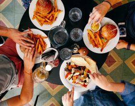 Al ristorante in 6 a tavola al chiuso e nessun limite all'aperto ma solo nelle zone bianche