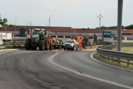 Ruspa rovesciata sul ponte Tiziano: il traffico è tornato normale