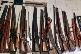 Cacciatore dimentica il fucile sui sedili posteriori dell'auto: via il porto d'armi e scatta la denuncia