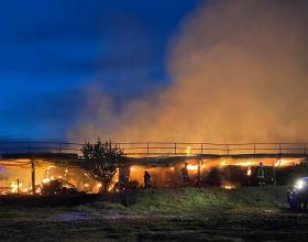 Vigili del Fuoco ancora al lavoro per spegnere il rogo che ha colpito l'azienda agricola di Masio