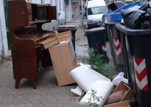 """Rifiuti ingombranti abbandonati in via Ferraris ad Alessandria, una cittadina: """"Inciviltà senza limiti"""""""