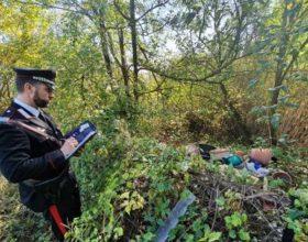 Rifiuti edili e un ciclomotore abbandonati all'aperto: 69enne scoperto dai Carabinieri
