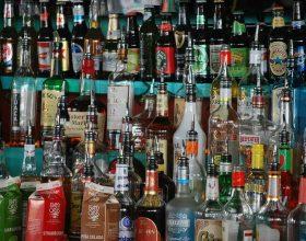 Rubano 19 bottiglie di superalcolici in un supermercato di Tortona: tre arresti