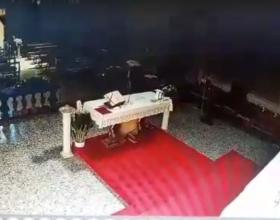 Entra in chiesa e porta via tre candelieri da 20 chili. Il don lancia l'appello per riaverli