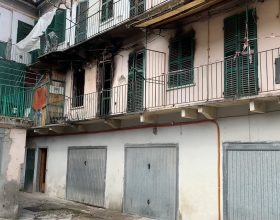 Incendio distrugge appartamento al primo piano in via Vochieri