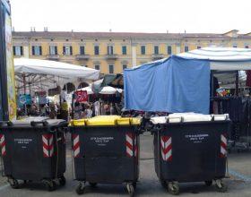Troppi rifiuti abbandonati durante il mercato: dal Comune nuovi cassonetti e maggiori controlli