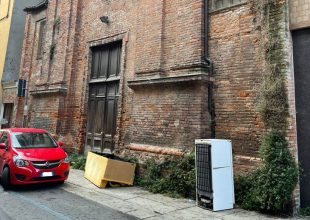Rispetto zero: un divano e un frigo davanti all'ex chiesa