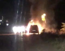 Auto in fiamme lungo la provinciale 10 a Spinetta