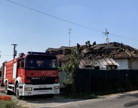 In fiamme il tetto di una villa a San Michele