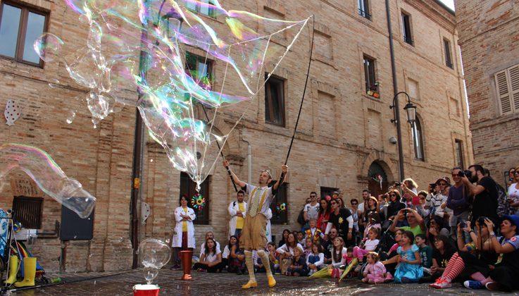 """Il 17 ottobre al Teatro Municipale di Casale lo spettacolo """"Fish&Bubbles"""""""