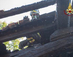 Incendio di un tetto nel Comune di Voltaggio: tre squadre di Vigili del Fuoco al lavoro