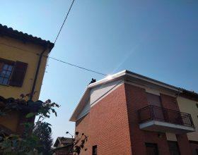 Sale sul tetto per protesta a causa di un pozzetto: il video da Villa del Foro
