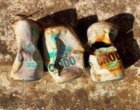 Ecco cosa succede quando si abbandonano i rifiuti a terra: a San Salvatore lattine di oltre 40 anni fa