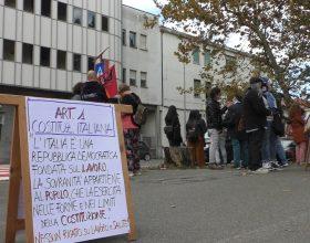 """Davanti all'Ospedale di Alessandria la protesta dei sanitari non vaccinati sospesi: """"Siamo discriminati"""""""